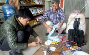 Cán bộ Trung tâm Dịch vụ hỗ trợ phát triển nông nghiệp thị xã Nghĩa Lộ kiểm tra dụng cụ trước khi tổ chức phun tiêu độc và tiêm phòng cho đàn gia súc.