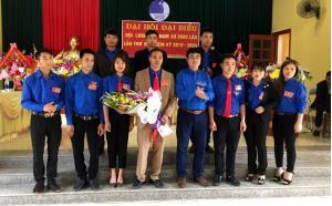 Lãnh đạo Hội Liên hiệp thanh niên (LHTN) Việt Nam tỉnh Yên Bái tặng hoa chúc mừng Đại hội Hội LHTN Việt Nam xã Trúc Lâu, huyện Lục Yên.