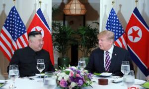 Tổng thống Trump và Chủ tịch Kim ăn tối trước khi bước vào hội nghị thượng đỉnh lần 2 tổ chức tại Hà Nội tháng trước.