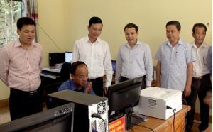 Đồng chí Dương Văn Tiến - Phó Chủ tịch UBND tỉnh kiểm tra tình hình kết nối phần mềm và các trang thiết bị tại trụ sở Bộ phận Phục vụ Hành chính công huyện Trạm Tấu.