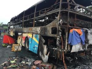 Chiếc xe khách giường nằm bị cháy hoàn toàn, chỉ còn lại khung sắt.