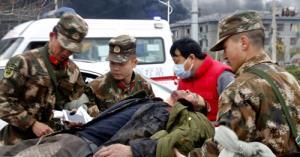 Binh sĩ đưa người bị thương lên xe cấp cứu sau vụ nổ ở Giang Tô hôm 21/3.