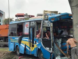 Vụ tai nạn khiến chiếc xe hư hỏng nặng, 11 người bị thương.