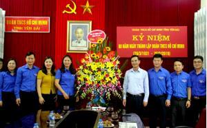 Đồng chí Dương Văn Tiến - Phó Chủ tịch UBND tỉnh tặng hoa chúc mừng cán bộ Tỉnh đoàn và tuổi trẻ trên địa bàn tỉnh nhân kỷ niệm 88 năm Ngày thành lập Đoàn TNCS Hồ Chí Minh.
