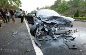 Cả hai xe ôtô bị nạn đều nát bét phần đầu.