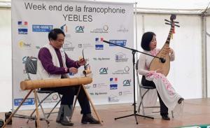 Biểu diễn nhạc cụ truyền thống của Việt Nam tại Ngày hội Pháp ngữ.