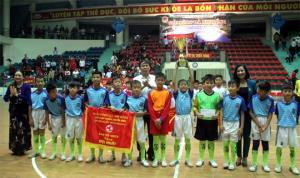 Ban tổ chức Giải bóng Nhi đồng Cúp PTTH tỉnh lần thứ XVII, năm 2019 trao Cúp vô địch và cờ lưu niệm cho đội bóng đá nhi đồng huyện Văn Chấn.