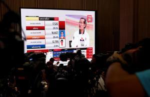 Các phóng viên chờ đợi kết quả tổng tuyển cử tại Bangkok.