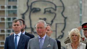 Thái tử Charles (giữa) và công nương Camilla dự lễ đặt vòng hoa tại quảng trường Cách mạng ở Havana