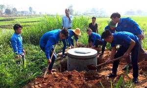 Các đoàn viên thanh niên thị xã Nghĩa Lộ tham gia xây dựng nhà tiêu cho hộ dân xã Nghĩa Lợi.