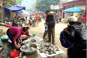 Tình trạng lấn chiếm lòng, lề đường để kinh doanh, buôn bán diễn ra thường xuyên ở khu vực chợ thị trấn Yên Thế.