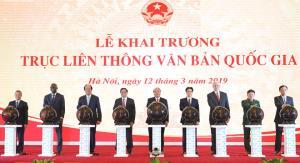 Thủ tướng Chính phủ Nguyễn Xuân Phúc cùng các đồng chí lãnh đạo Đảng. Nhà nước, các vị khách quốc tế thực hiện nghi thức khai trương Trục liên thông văn bản quốc gia.