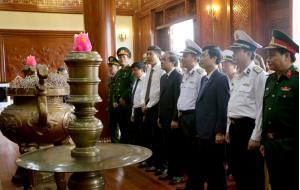 Các đồng chí lãnh đạo tỉnh Yên Bái và Đoàn công tác Quân chủng Hải quân dâng hương tại Khu tưởng niệm Chủ tịch Hồ Chí Minh.