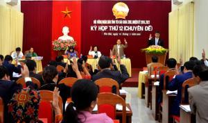 Các đại biểu biểu quyết thông qua các nghị quyết tại kỳ họp