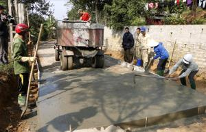 Nhân dân các dân tộc trong tỉnh tích cực đóng góp công sức xây dựng giao thông nông thôn.