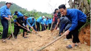 Trên 1.200 ĐVTN trên địa bàn huyện Lục Yên hăng hái tham gia tu sửa tuyến đường Hin Lò - Làng Thọc, xã Yên Thắng.