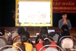Cán bộ Trung tâm Dịch vụ hỗ trợ phát triển nông nghiệp thành phố Yên Bái tập huấn hướng dẫn cách phòng chống bệnh DTLCP cho các hộ chăn nuôi xã Minh Bảo.