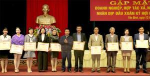 Huyện Yên Bình đã sớm tổ chức gặp mặt, khen thưởng các doanh nghiệp đạt thành tích tiêu biểu trong hoạt động sản xuất, kinh doanh và hoàn thành tốt nghĩa vụ nộp ngân sách nhà nước.