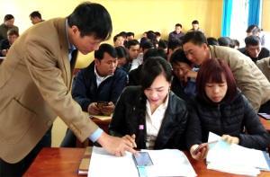 Cán bộ Phòng Thống kê huyện Mù Cang Chải tập huấn phương pháp điều tra bằng điện thoại thông minh cho các điều tra viên.