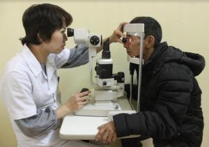 Người dân có thẻ bảo hiểm y tế đi khám bệnh tại Trung tâm Y tế thành phố Yên Bái.