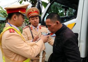 Cảnh sát giao thông huyện Văn Yên đo kiểm tra nồng độ cồn đối với người điều khiển phương tiện.