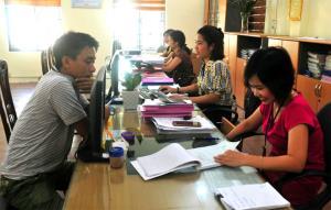"""Hỗ trợ người nộp thuế tại bộ phận """"một cửa"""" Chi cục Thuế huyện Trấn Yên."""
