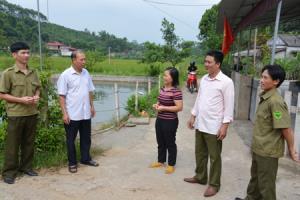 Lãnh đạo Đảng ủy xã Yên Hưng trao đổi với Bí thư Chi bộ Phố Nhoi và người dân trong thôn về việc triển khai đưa Chỉ thị 05 vào cuộc sống.