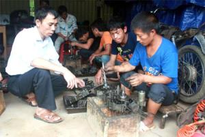 Học viên tham gia lớp học nghề sửa chữa xe máy tại xã La Pán Tẩn.