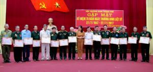 Hội Thương binh thành phố Yên Bái khen thưởng các hội viên đã có nhiều nỗ lực vươn lên trong cuộc sống.