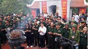 Mẹ con bà Hà Thị Dung cùng các cựu chiến binh thắp hương tại đài hương 468 để tưởng niệm những người lính Vị Xuyên nằm lại chiến trường.