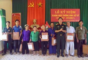 Đại tá Phùng Thanh Tiến - Phó chính ủy Bộ CHQS tỉnh tặng quà cho đối tượng chính sách xã Phan Thanh, huyện Lục Yên.