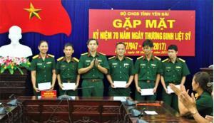 Đảng ủy, Bộ CHQS tỉnh tặng quà các đồng chí là con thương binh, con liệt sỹ đang công tác tại các cơ quan, đơn vị trực thuộc.