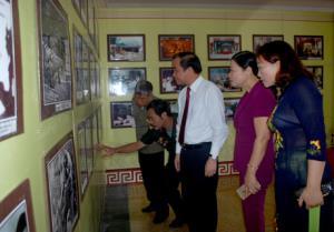 Đồng chí Tạ Văn Long - Phó Chủ tịch Thường trực UBND tỉnh cùng cán bộ, thương binh tham quan Triển lãm.