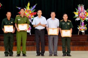 Lãnh đạo huyện tặng giấy khen cho các tập thể và cá nhân có thành tích trong phong trào thi đua hướng tới ngày Thương binh - Liệt sĩ