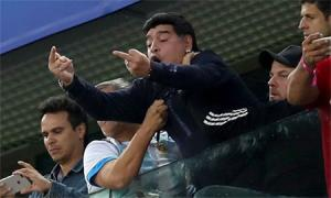 Maradona nhận hậu quả sau hành vì phản cảm.