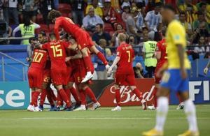 Cầu thủ Bỉ chia vui cùng nhau sau bàn mở tỷ số nhờ may mắn.
