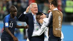 HLV Deschamps và các học trò ăn mừng khi giành vé vào chung kết World Cup 2018.