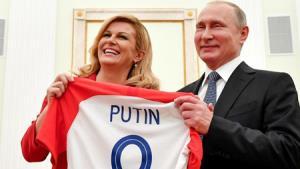 Tổng thống Croatia Kolinda Grabar-Kitarovic tặng áo thi đấu danh dự cho Tổng thống Nga Vladimir Putin.