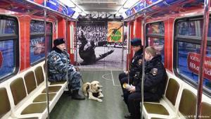 Cảnh sát Nga bảo vệ an ninh trên tàu điện ngầm ở Moskva.