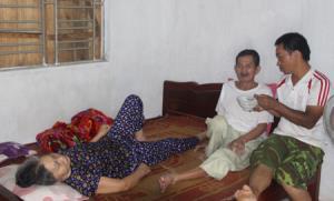 Ông Đỗ Văn Súy, thôn Trực Bình 2, xã Minh Bảo, thành phố Yên Bái, ung thư phổi giai đoạn cuối cùng lúc với vợ ông bị tai biến mạch máu não phải nằm một chỗ, con bị tai nạn, hoàn cảnh rất khó khăn.