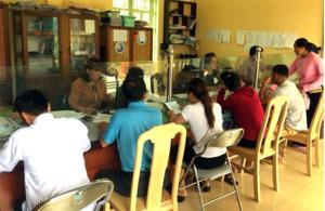 Thực hiện cải cách TTHC giảm thời gian, chi phí cho người dân, tổ chức.  Ảnh: Cán bộ xã Sơn A, huyện Văn Chấn giải quyết các TTHC cho người dân.