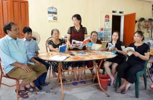 Chị Thủy (đứng) trao đổi với thành viên tổ hòa giải và các hộ gia đình trong tổ 18 về Luật Dân sự, Luật Hôn nhân và Gia đình.