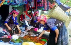 Phiên chợ vùng cao Mù Cang Chải bày bán nhiều mặt hàng thổ cẩm của đồng bào Mông
