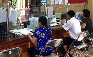 Cán bộ bộ phận tiếp nhận và trả kết quả phường Trung Tâm giải quyết TTHC cho người dân.
