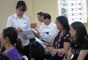 Cán bộ Tòa án nhân dân thành phố Yên Bái phát tài liệu truyên truyền pháp luật tại phiên tòa.