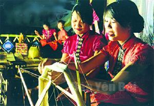 Thiếu nữ dân tộc Thái trên sàn Hạn Khuống trong Lễ khai mạc Tuần Văn hóa - Du lịch Mường Lò năm 2014.