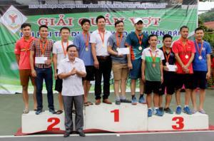 Ban tổ chức trao huy chương cho các VĐV có thành tích tại Giải quần vợt Đại hội TDTT tỉnh.