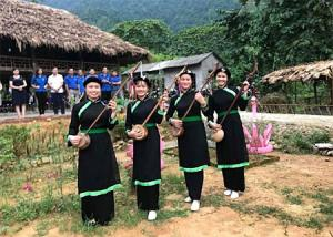 Biểu diễn hát then – đàn tính tại cơ sở của chị Nguyễn Thị Hằng trong tour du lịch cộng đồng xã Thượng Bằng La.
