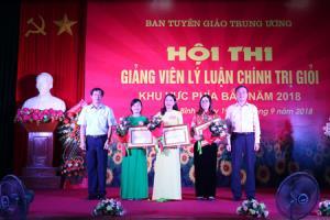 Thay mặt Ban tổ chức, đồng chí Bùi Trường Giang trao giải Nhất và Nhì cho các thí sinh.