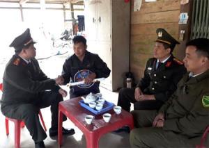 Cán bộ, chiến sỹ Công an tỉnh trong tổ tăng cường cơ sở thăm hỏi, động viên bà con xã Kiên Thành, huyện Trấn Yên.